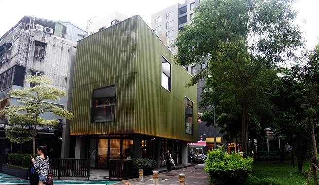 位在台北東區的〈Moena Cafe〉是個獨幢建築,內部裝潢時尚且明亮。(圖/姚舜攝)