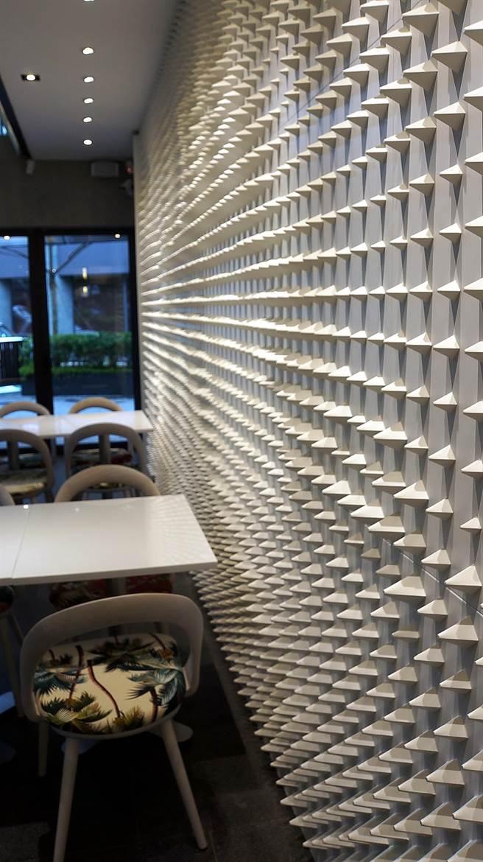 用3200個雷射切割cnc立柱體舖陳的牆面,隨光影會產生類似海浪的流動效果。(圖/姚舜攝)