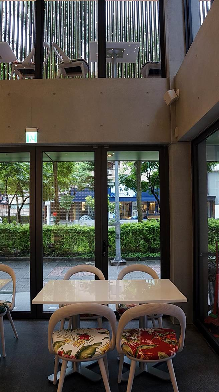 「Moena Café」的建築結構很特別,中庭挑高,2樓陽台並設有戶外座位,室內與室外皆風景。(圖/姚舜攝)