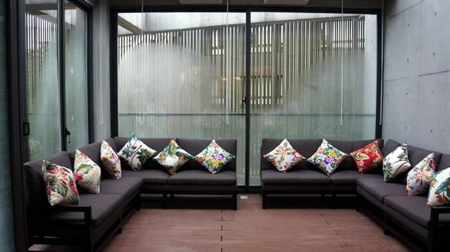 Moena Café〉3樓有一Lounge,可供小團體包場辦趴。(圖/姚舜攝)