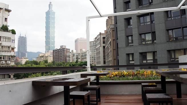 〈Moena Cafe〉的頂樓露天陽台可以烤肉,這裡並可欣賞台北101大樓,中秋節或是跨年想必非常搶手。(圖/姚舜攝)