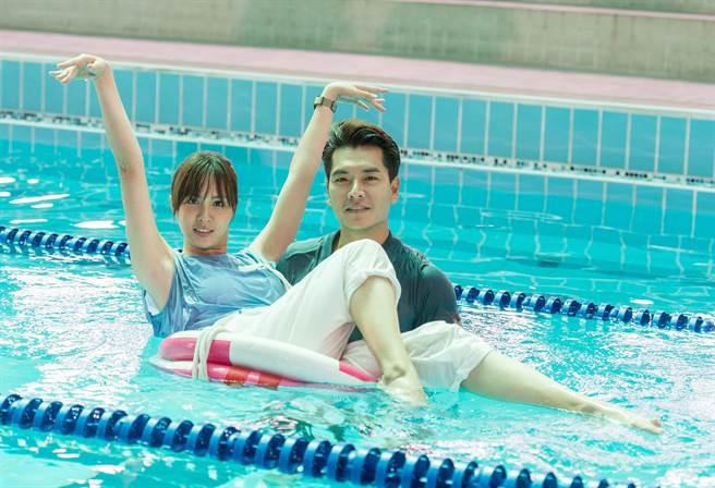 王傳一和魏蔓拍攝水中英雄救美。(三立提供)