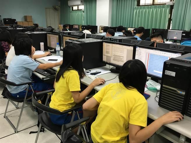 新北市立中和高中輔導處在校內辦理一日資訊考照營。(葉書宏翻攝)