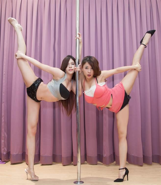 網紅「珍奶姐妹花」 Debby(右)進軍大陸直播平台遇勁敵,遭台荷混血舞姬MITA挑戰鋼管秀。圖/Weili提供