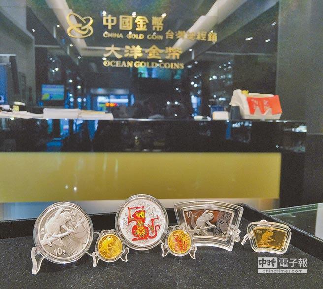2016中國丙申(猴)年金銀紀念幣,從左至右:猴年金銀紀念幣、猴年彩色金銀紀念幣、猴年扇形金銀紀念幣。(大洋金幣提供,圖片僅供參考)