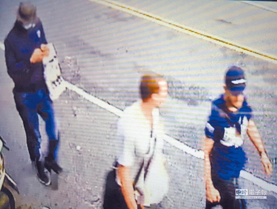 一銀駭客盜領案,第3名外籍嫌犯安卓斯(圖中)與另2名俄羅斯籍同夥貝瑞佐夫斯基和貝克曼10日凌晨在台北市西門分行犯案後,3身影被監視器拍下,經查安卓斯為拉脫維亞籍,隔天晚間隻身入住信義區君悅飯店。(張企群翻攝)