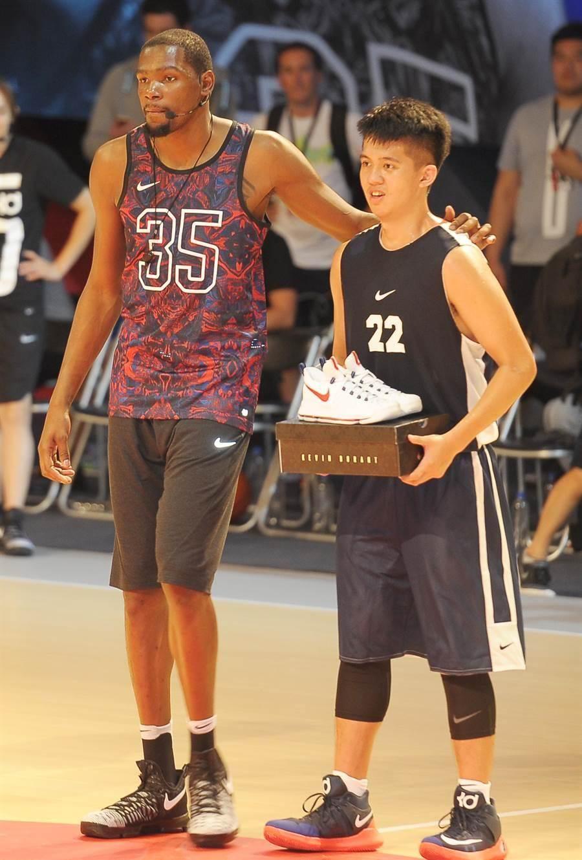 NBA球星杜蘭特(左)15日參加籃球訓練營,並且親自為對抗賽的MVP周暐宸(右)頒發獎品。(季志翔攝)