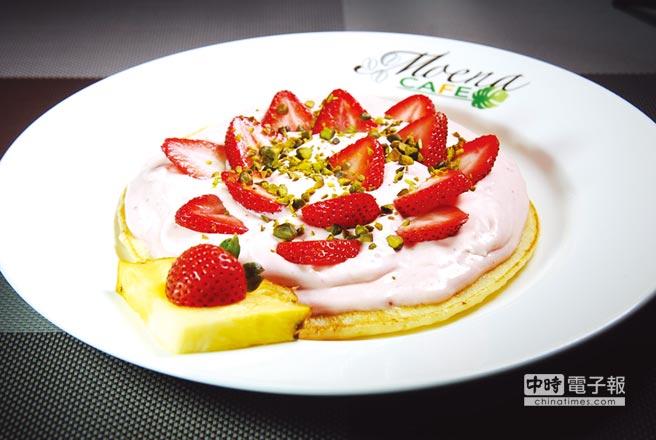 〈草莓奶霜鬆餅〉的鬆餅雖厚,但口感鬆軟有彈性,粉紅色奶霜則是用打發鮮奶油和新鮮草莓醬與煉乳一起調製,香甜卻不膩,非常好吃。圖/姚舜
