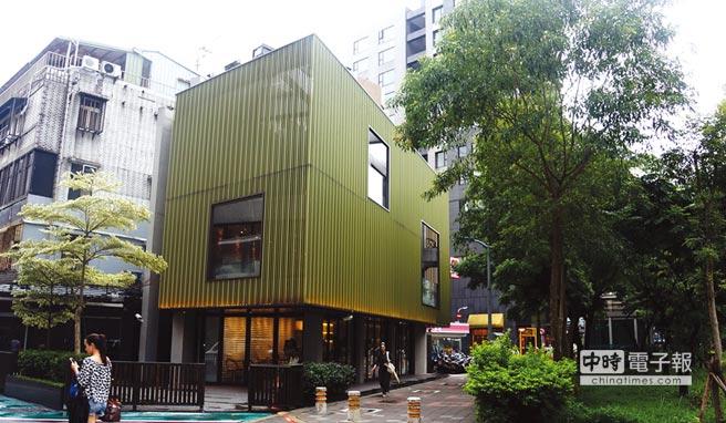 位在台北東區的〈Moena Cafe〉是個獨幢建築,內部裝潢時尚且明亮。圖/姚舜