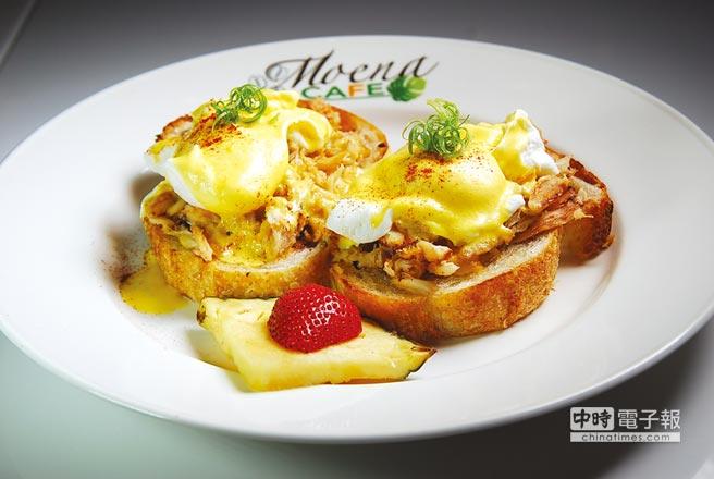 〈蟹肉班尼迪克蛋〉在蛋與蒜味麵包之間,加了滿滿的炒蟹肉加持,所以口感與風味更「華麗」。圖/姚舜