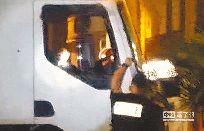 橫衝直撞近2公里的恐怖分子,最終被尼斯警方攔下,圖為恐怖分子被當場擊斃。(美聯社)