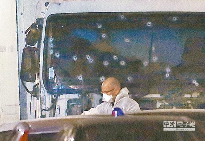 恐怖分子駕駛的卡車,擋風玻璃被打得彈痕累累,圖為法醫正在蒐證。(美聯社)