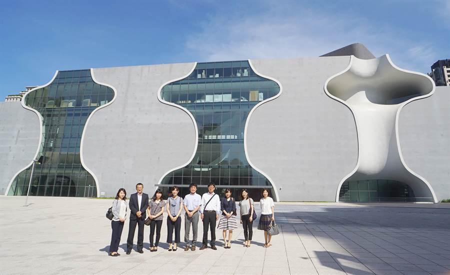 日本名古屋地區7大旅行社及中部國際機場代表到中台灣踩線,參觀台中歌劇院。(陳世宗翻攝)