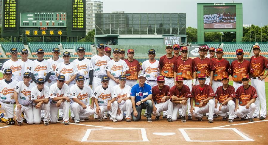 中華職棒17日舉行傳奇明星賽,傳奇球星分為紅隊與白隊對抗,在比賽前合照,留下歷史畫面,後排左6即林朝煌。(鄭任南攝)