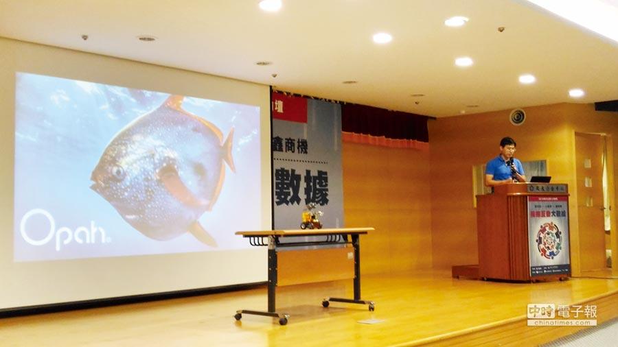 歐琺創智運用樂高積木就做成機器人。圖/劉俊輝