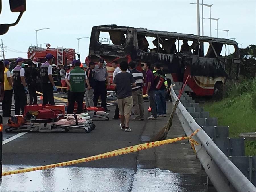 國二重大死亡車禍,警消查看遊覽車,發現罹難者多集中車輛中段。(楊明峰攝)