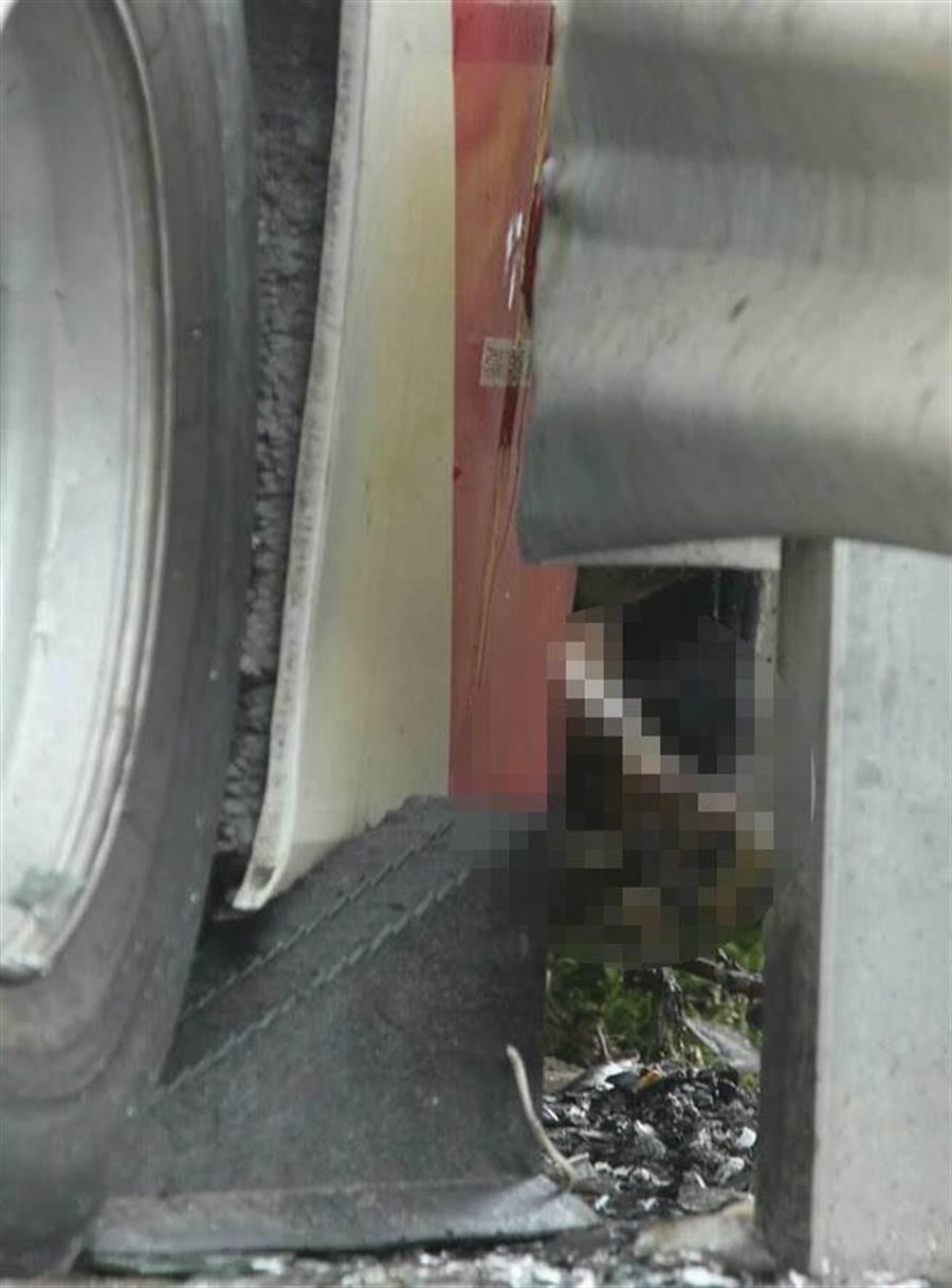 一旅客可能要逃生,但門被護欄卡住而被燒死。(陳麒全攝)