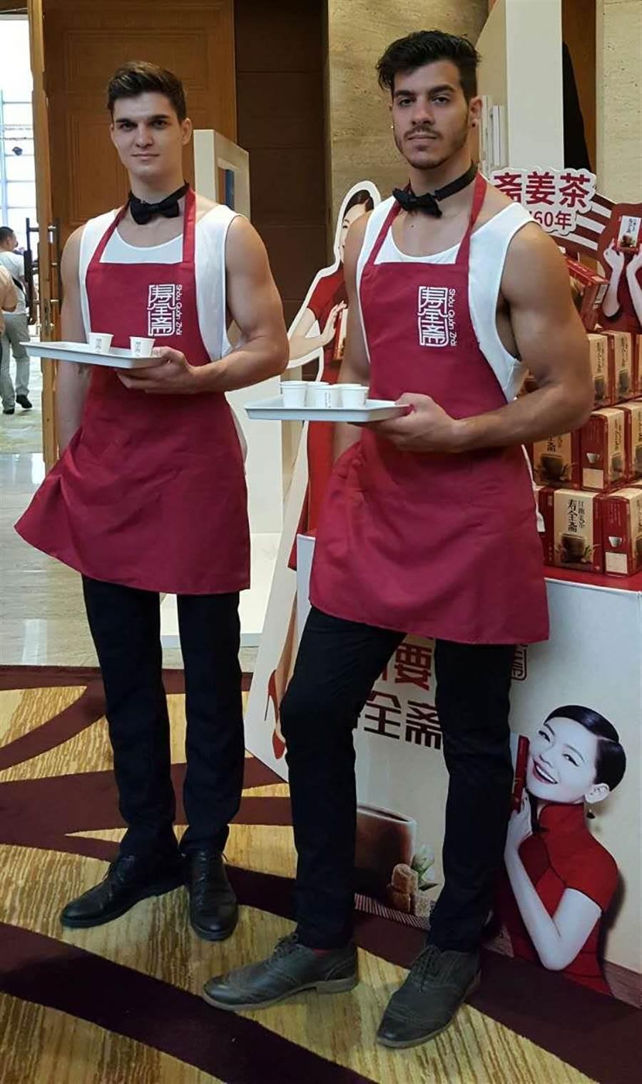 小S新節目的記者會結束後,場外有兩位帥氣的外國小鮮肉幫忙送客。(藍孝威攝)