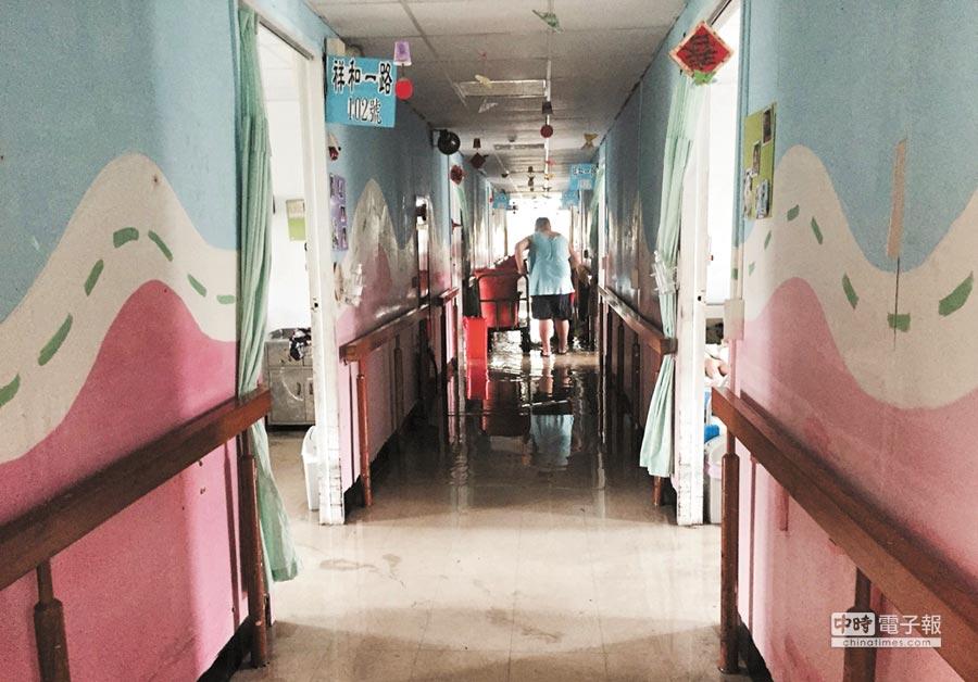 風災過後,馬蘭榮家附設慎修養護中心地板積水,台新銀行公益慈善基金會志工團正評估修繕。(慎修提供)