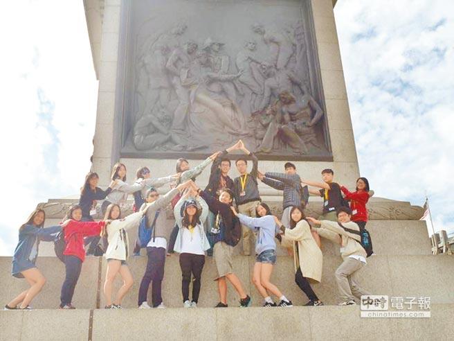 國立桃園高中學生暑假出發到英國遊學。(學校提供)