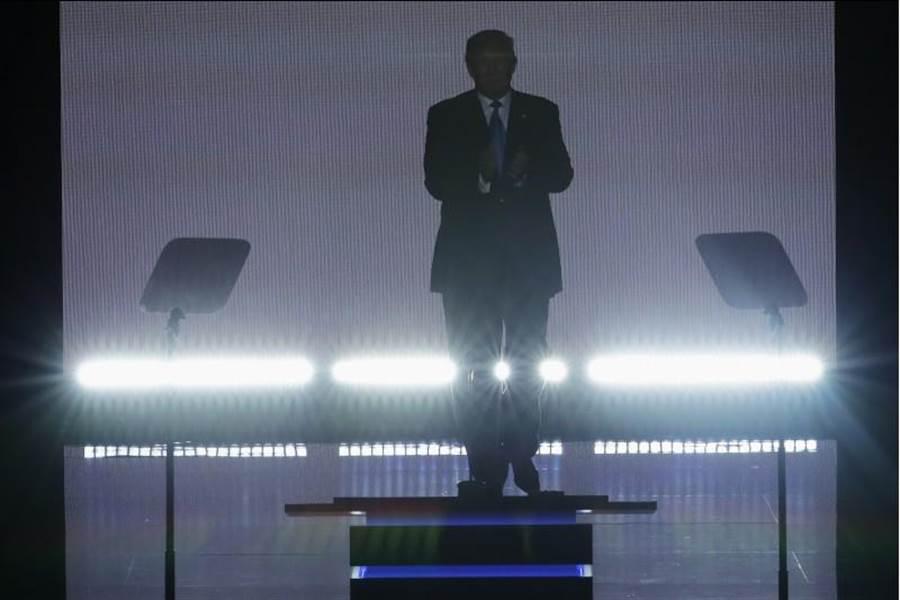 川普昨天為了太座演講,提前現身共和黨大會,並以戲劇化的乾冰效果,現身在舞台。(圖:美聯社)