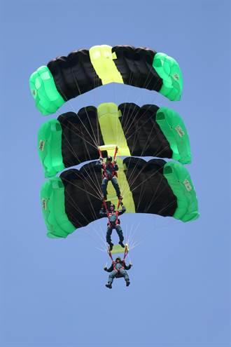 全民國防學生體驗 神龍跳傘展軍威