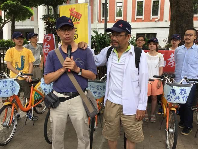 南華大學教師周平(前排右)及謝青龍(前排左)騎機車環島控訴台灣高教敗壞。(林志成攝)