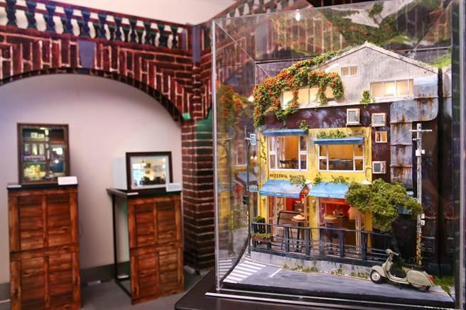 黃風然在作品《BIG BOY》中,完整記錄曹文瑞的房間的收藏和每個角落。(羅永銘攝)