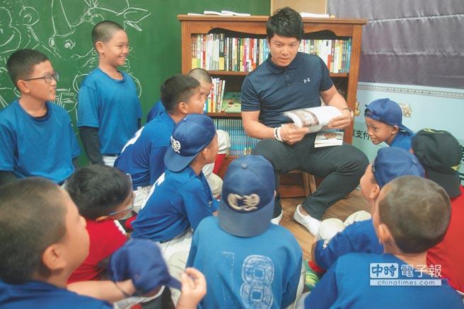 周思齊帶領小球員導讀認識,花蓮能高棒球隊創始人林桂興。(許家寧攝)
