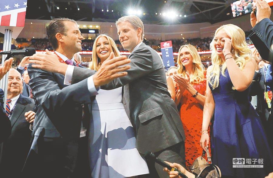 老爸過關  川普的子女(左起)小川普、伊凡卡、艾瑞克、艾瑞克的妻子以及蒂芬妮,19日在美國共和黨代表大會上,得知父親取得的黨代表票已足夠獲得提名時,歡欣鼓舞。(路透)