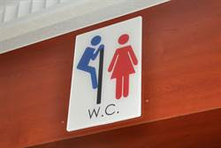 男性翻牆偷窺 廁所標示讓女性毛毛的