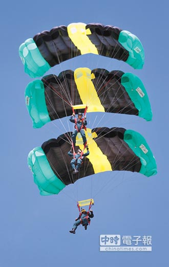 空中踩肩跳傘 天降3神龍