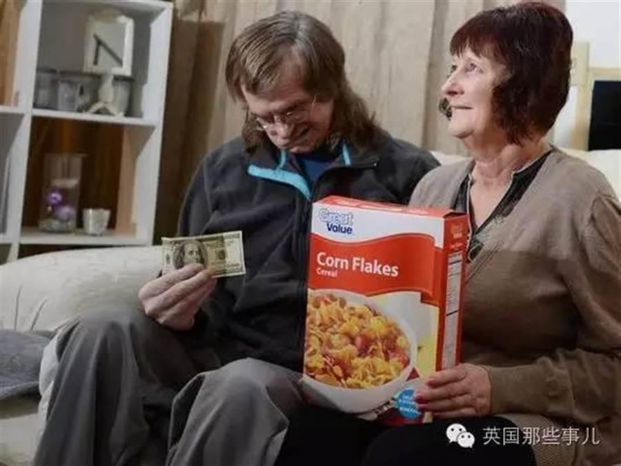 有正在為丈夫的醫藥費發愁妻子,在麥片盒中發現了100元美金,從而解決了燃眉之急。(圖/微博英國那些事)