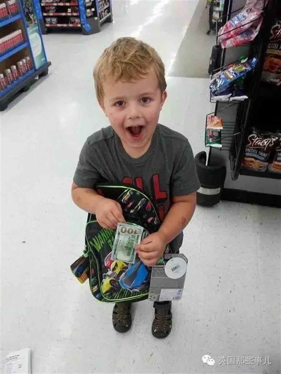 美國俄勒岡州塞林市居民從2013年開始,就會不時在超市買回來的商品裡、路邊的嬰兒車裡發現一張百元美鈔。(圖/微博英國那些事)