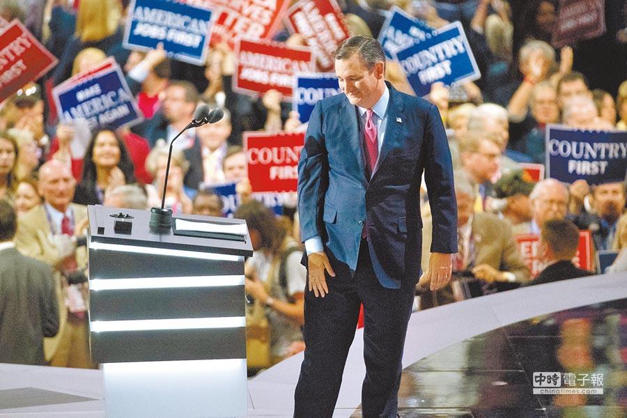 美國聯邦參議員克魯茲20日晚間在共和黨全代會上發表演說,他呼籲選民「憑良心投票」,而未替黨籍總統候選人川普背書,遭與會代表們大喝倒采。圖為克魯茲演說完準備下台。(美聯社)