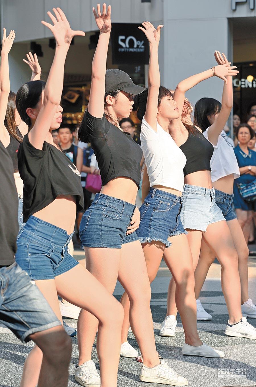 太平洋高壓持續籠罩台灣,台北22日高溫飆破37度,圖為台大熱舞社成員頂著烈陽,在西門町跳起街舞快閃,為8月2日開始的2016暑舞營宣傳。(張鎧乙攝)