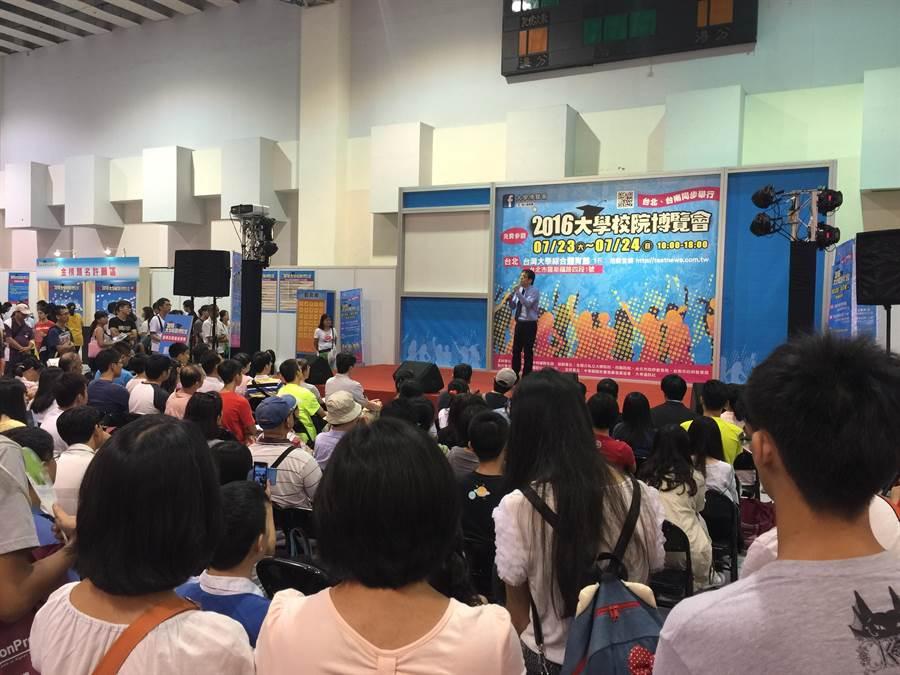 升學輔導名師劉駿豪今日在台北大學博覽會演講「指考選填志願最佳策略」,會場擠爆了。(王雅芬攝)