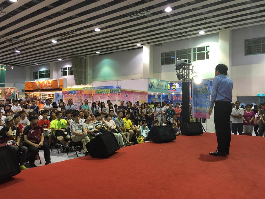 台北大學博覽會選填志願專題講座會場同學參與熱烈。(王雅芬攝)