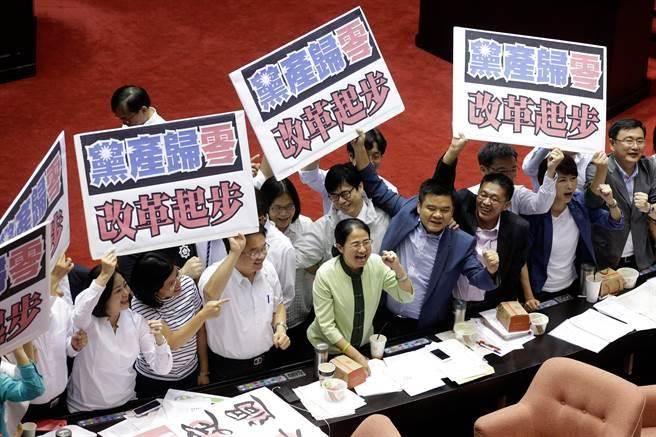 民進黨立院幹事長吳秉叡(左四)、書記長陳亭妃(右二)與綠營立委高舉「黨產歸零、改革起步」慶祝。(方濬哲攝)