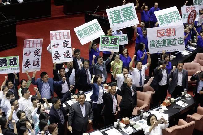 綠營立委高舉雙手慶祝、藍營也以「東廠再現」等海報表達不滿。(方濬哲攝)