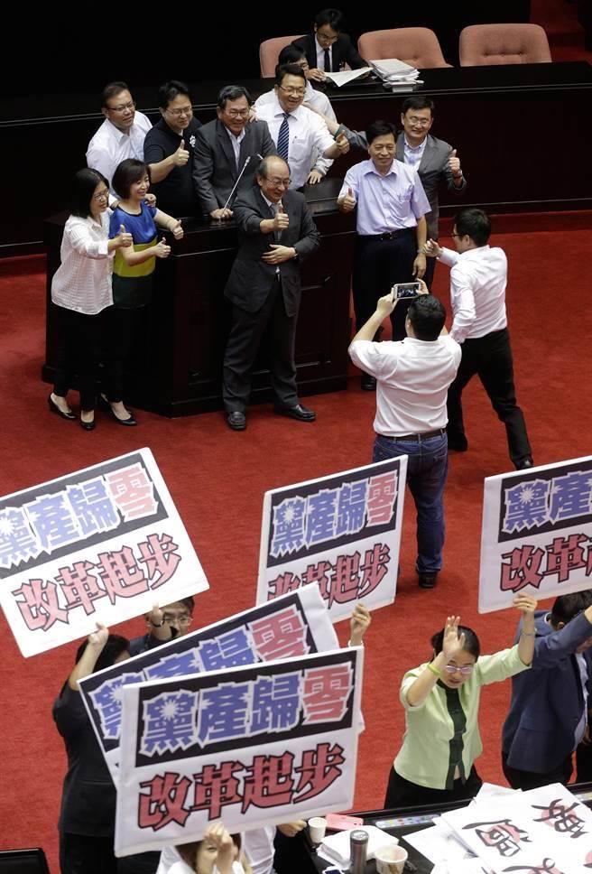 民進黨立院總召柯建銘與綠營立委在發言台拍照,記錄這歷史一刻。(方濬哲攝)