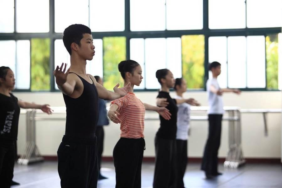 青春樂舞計畫學員要接受職職水準的專業舞者訓練,才能登上高雄春天藝術節的舞台。(文化局提供)