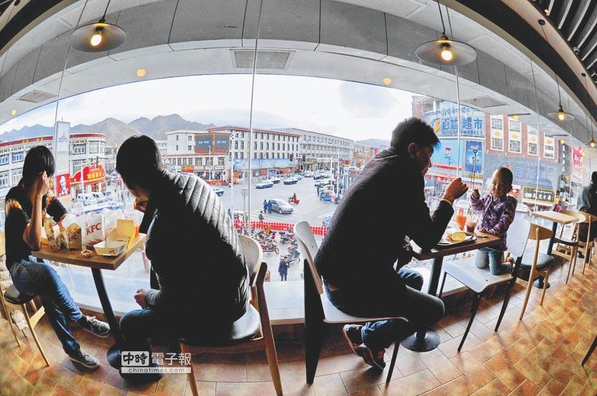 美國跨國連鎖餐廳——肯德基今年3月在西藏拉薩正式開業運營。(新華社)