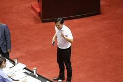 黃國昌臉書批藍 藍委助理爆:人前裝笑臉 背後捅一刀