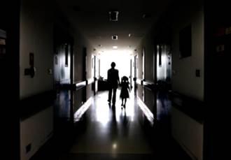 撞到鬼?醫師聽見問路卻不見人影 病患看見過世老伴就走了