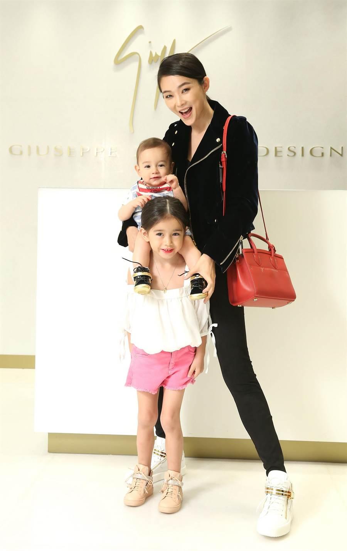 金禧帶著女兒Chloe與兒子Hylian共同亮相,一家人腳上的親子鞋款格外吸睛。(圖片提供/Giuseppe Zanotti Design)