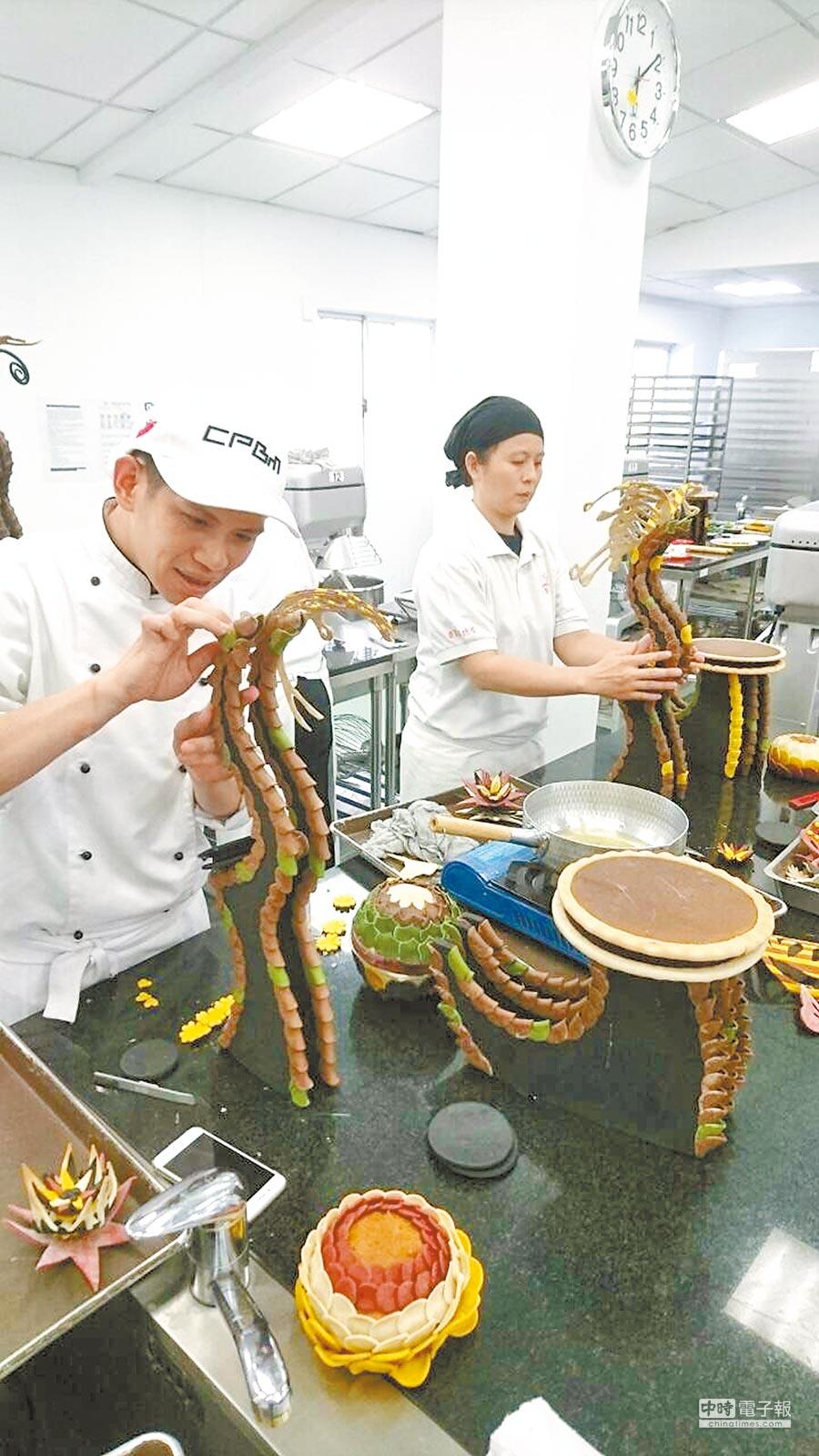 立體藝術麵包製作難度頗高,學員們用心學習每一步驟。(王文吉攝)