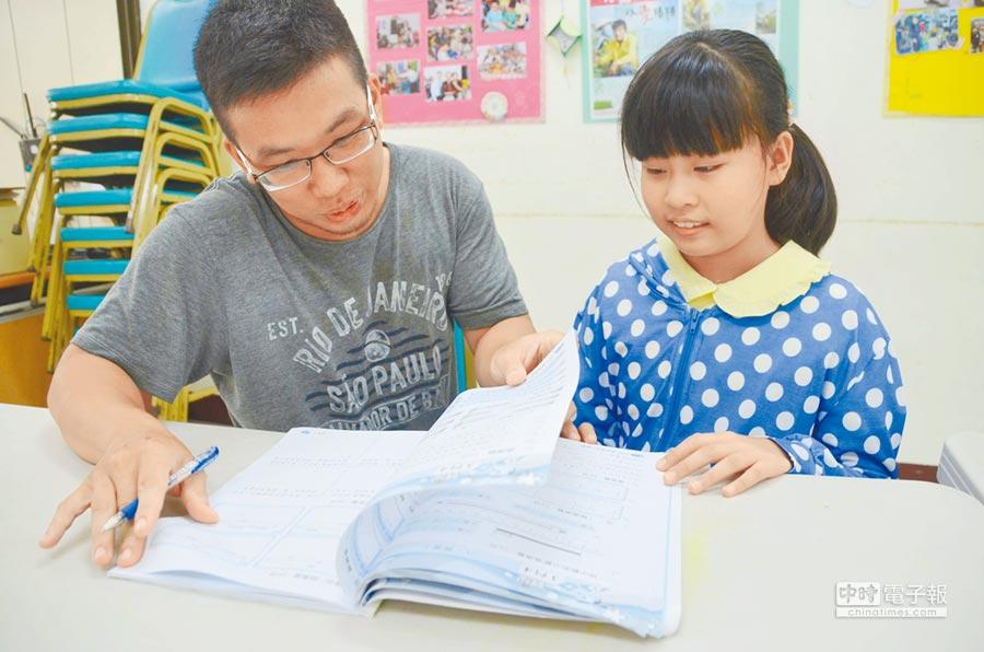 楊晉成(左)連續4年利用寒暑假下鄉,替東石愛鄰社區服務協會的孩子免費課輔。(呂妍庭攝)