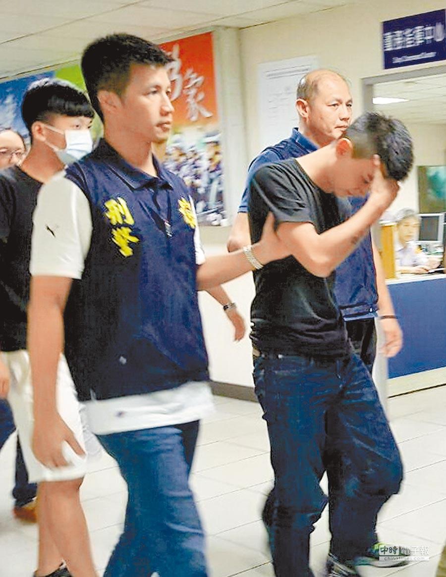 2016年犯下打死人命案的王欣逸,去年底遭重判15年,進入法庭時低頭遮臉,羞於見人。(中時資料照)