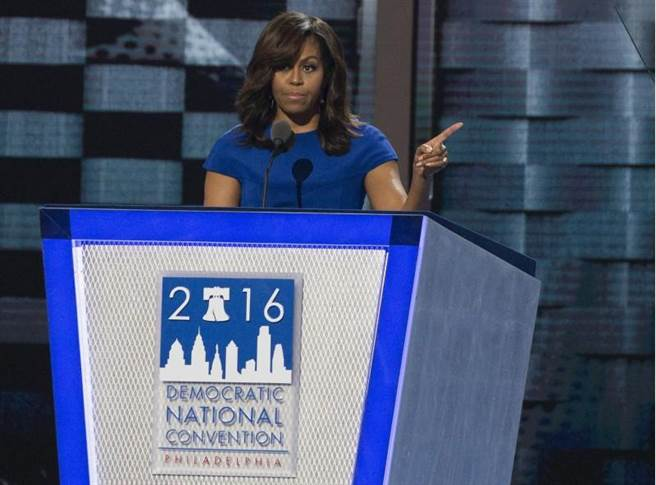 蜜雪兒在民主黨全代會上的演講大受好評,一襲藍色洋裝更是大有學問。(圖:美聯社)